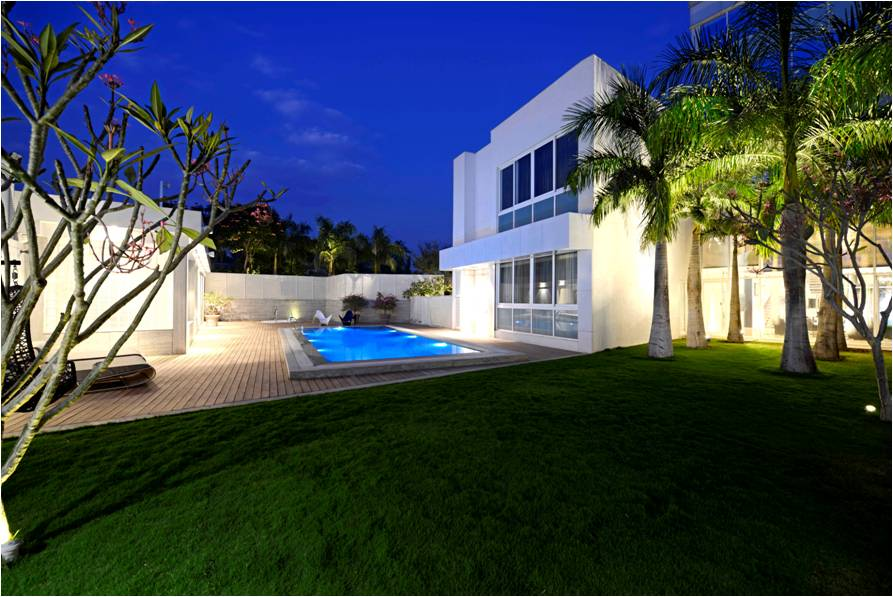 4. Pool and Lawn [West] 1